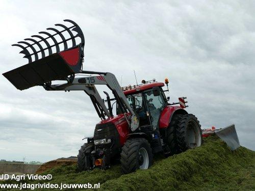 Foto van een Case IH Puma 145 CVX  , loonbedrijf Korenberg uit Oosterwolde aan et gras inkuilen. ZIE OOK DE VIDEO  https://youtu.be/K_74e1j7uHw