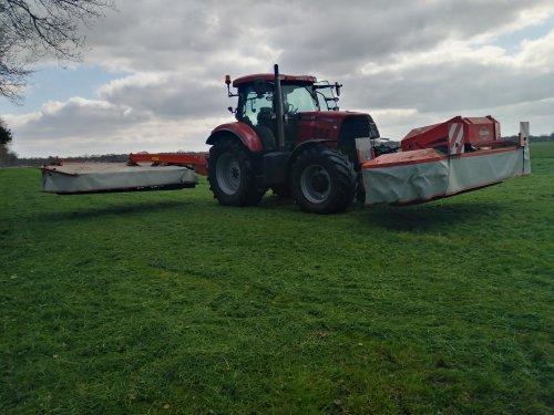 Foto van een Case IH Puma 130 CVX We zijn los! Uit nood ruim 20 ha. maaien want de graskuilen zijn volgende week op