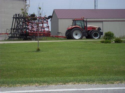 Case IH GOLD Magnum 305, bezig met poseren.East of Pine Village,Indiana. Geplaatst door marion5900 op 04-05-2012 om 23:56:54, met 2 reacties.