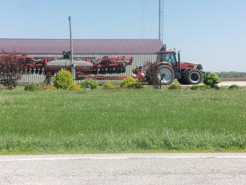East   of Pine Village,Indiana is this  Case IH Magnum 305 Gold Signature, bezig met poseren.. Geplaatst door marion5900 op 15-05-2013 om 04:12:09, op TractorFan.nl - de nummer 1 tractor foto website.