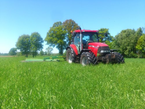 Foto van een Case IH Maxxum MXU 125, bezig met gras maaien. Nog van vorige week maandag, zat mooi wat op :)