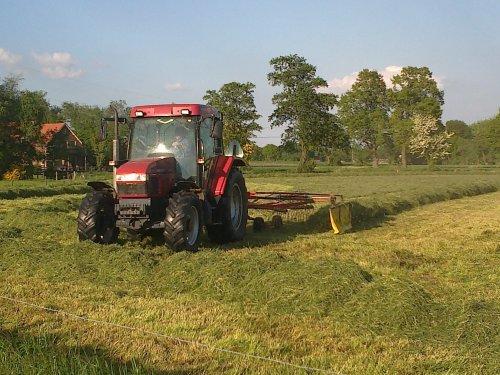 Foto van een Case IH CX 80, bezig met gras harken.. Geplaatst door martsnijders op 24-06-2013 om 20:39:51, op TractorFan.nl - de nummer 1 tractor foto website.