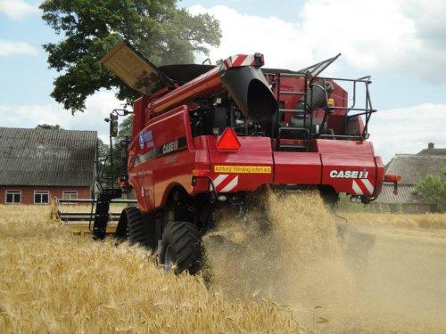 Foto van een Case IH Axial Flow 7230, bezig met maaidorsen.. Geplaatst door jvdb op 31-07-2013 om 07:42:23, op TractorFan.nl - de nummer 1 tractor foto website.