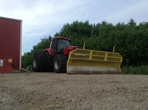 Case IH Magnum 335 van lost in a field