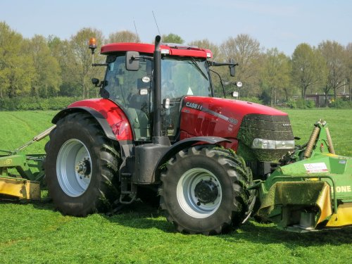 Foto van een Case IH Puma 230 CVX, bezig met gras maaien.  Gras maaien met Loonbedrijf de Weper: http://landbouwonline.com/fotovideo/2014-2/april/gras-maaien-met-loonbedrijf-de-weper/