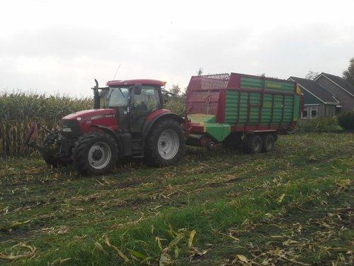 Foto van een Case IH Maxxum 115 Pro, bezig met maïs inkuilen.. Geplaatst door Rdeweerd op 29-08-2014 om 09:41:29, met 4 reacties.