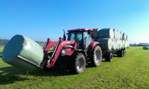 Foto van een Case IH Maxxum 115 Pro, druk bezig met Balen halen. Baaltjes halen met de monster !. Geplaatst door johndeerefavo op 22-09-2014 om 20:38:56, op TractorFan.nl - de nummer 1 tractor foto website.