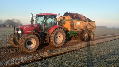 Foto van een Case IH Maxxum 115 Pro, druk bezig met Dumperen.. Geplaatst door johndeerefavo op 01-02-2015 om 15:06:28, op TractorFan.nl - de nummer 1 tractor foto website.