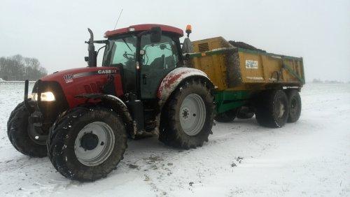 Foto van een Case IH Maxxum 115 Pro, druk bezig met Dumperen.. Geplaatst door johndeerefavo op 01-02-2015 om 15:21:17, op TractorFan.nl - de nummer 1 tractor foto website.
