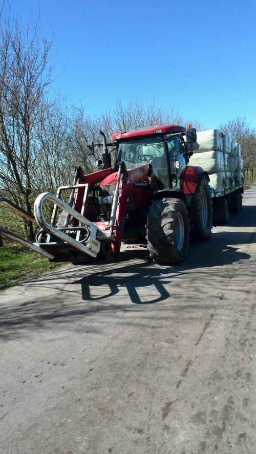 Foto van een Case IH Maxxum 115 Pro, druk bezig met Balen halen.. Geplaatst door johndeerefavo op 22-04-2015 om 19:48:02, op TractorFan.nl - de nummer 1 tractor foto website.