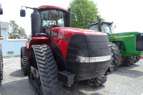 Foto van een Case IH Quadtrac 400, bezig met poseren. In Amerika bij een grote dealer van case.. Geplaatst door deutzisnice op 11-05-2015 om 02:27:55, op TractorFan.nl - de nummer 1 tractor foto website.