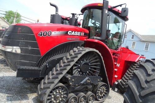 Foto van een Case IH Quadtrac 400, bezig met poseren. In Amerika bij een grote dealer van case.. Geplaatst door deutzisnice op 11-05-2015 om 02:28:10, op TractorFan.nl - de nummer 1 tractor foto website.