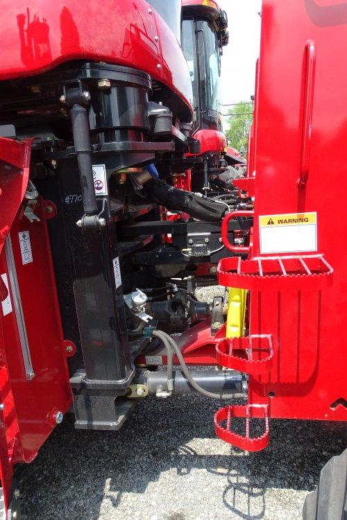 Foto van een Case IH Quadtrac 400, bezig met poseren. In Amerika bij een grote dealer van case.. Geplaatst door deutzisnice op 11-05-2015 om 02:28:20, op TractorFan.nl - de nummer 1 tractor foto website.