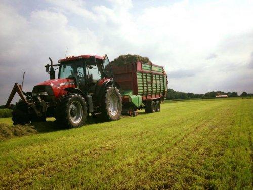 Foto van een Case IH Maxxum 115 Pro, bezig met gras inkuilen.. Geplaatst door Rdeweerd op 15-09-2015 om 11:19:52, op TractorFan.nl - de nummer 1 tractor foto website.