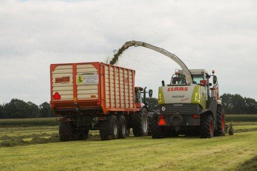 De Samenwerking BV Elsloo aan het gras hakselen met hun Claas Jaguar 850. De afvoer werd gedaan met hun nieuwe Case IH Puma 150 met Kaweco Radium 45 silagewagen.  Meer foto's zijn te bekijken op: http://www.trekkerfotografie.nl