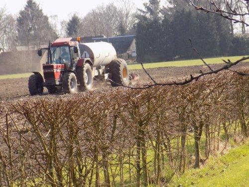 Foto van een Case International 956 XL aan het bouwland bemesten. Geplaatst door Gerwin 1455 op 18-03-2017 om 18:50:38, op TractorFan.nl - de nummer 1 tractor foto website.