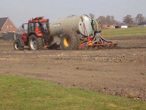 Foto van een Case International 956 XL aan het bouwland bemesten. Geplaatst door Gerwin 1455 op 18-03-2017 om 18:51:14, op TractorFan.nl - de nummer 1 tractor foto website.
