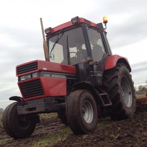 Foto van een Case International 745 XL aan het cultiveren. Geplaatst door Gerwin 1455 op 18-03-2017 om 18:54:16, op TractorFan.nl - de nummer 1 tractor foto website.