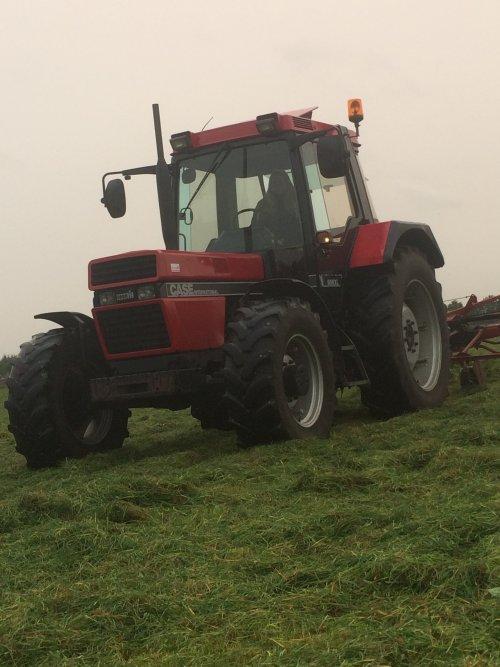Foto van een Case International 956 XL bezig met gras schudden. Geplaatst door Gerwin 1455 op 08-12-2017 om 17:45:53, op TractorFan.nl - de nummer 1 tractor foto website.