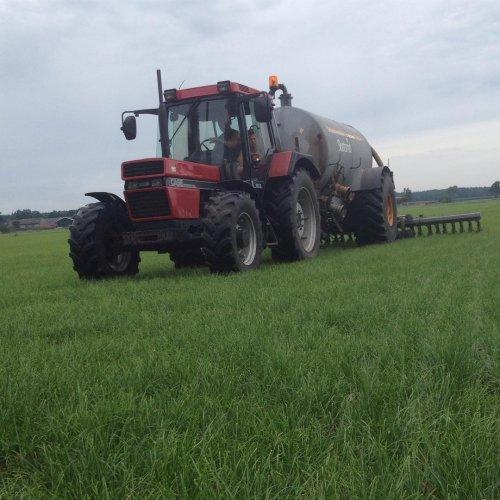 Foto van een Case International 956 XL bezig met bemesten. Geplaatst door Gerwin 1455 op 09-02-2018 om 18:37:54, op TractorFan.nl - de nummer 1 tractor foto website.