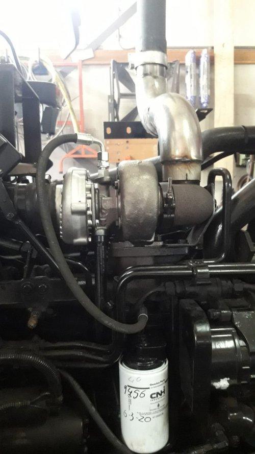 Foto van een Case International Maxxum 5120 Plus de gereviseerde turbo er op en aangezien we toch bezig zijn maar meteen openpijp opmaken