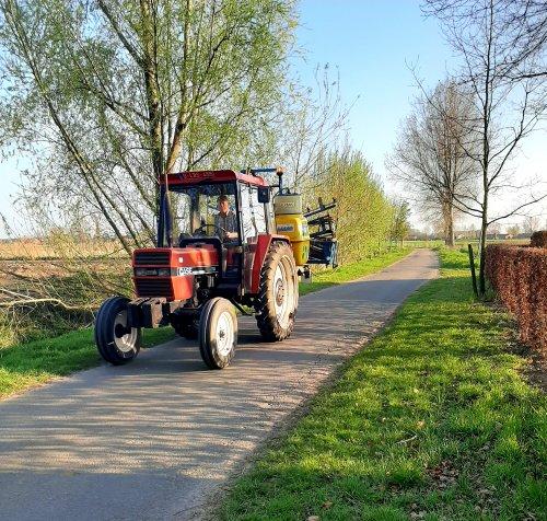 Ergens onderweg gespot.mooie eenvoudige tractor.. Geplaatst door stijn-de-bock op 09-04-2020 om 20:33:06, op TractorFan.nl - de nummer 1 tractor foto website.