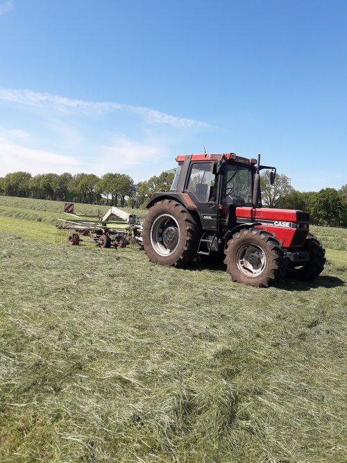 Case International 845 XL aan het harken met een claas zijafleg. Geplaatst door Bekkink op 07-05-2020 om 22:23:22, op TractorFan.nl - de nummer 1 tractor foto website.