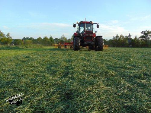Foto van een Case International 956 XL, bezig met gras harken!. Geplaatst door Han745XL op 10-05-2020 om 22:50:06, op TractorFan.nl - de nummer 1 tractor foto website.