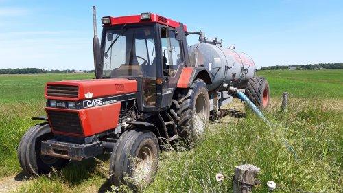 Foto van een Case International 745 XL met de jako tank wat water uit de sloot halen om de tuin te sproeien