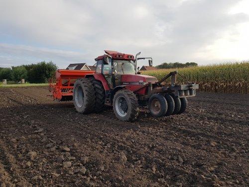 Foto van een Case International Maxxum 5140 met Kuhn rotorkopeg en Integra 4000 zaaimachine. Eerste 7 hectare groenbemesting gezaaid, ging mooi.