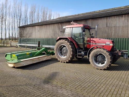 Foto van een Case International Maxxum 5140 met Krone Easycut 280 CV. Maaier gekocht om zelf gras te gaan maaien.