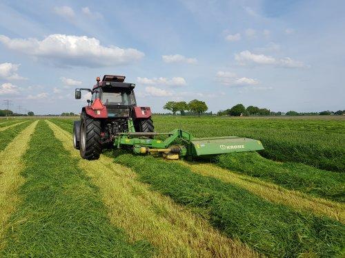 Foto van een Case International Maxxum 5140 met Krone easycut 280 CV. Eerste snede gemaaid vandaag.. Geplaatst door Valtra-fan Teun op 28-05-2021 om 18:27:30, op TractorFan.nl - de nummer 1 tractor foto website.