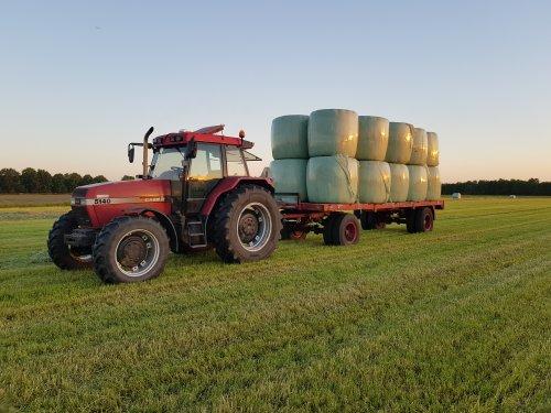 Foto van een Case International Maxxum 5140 met wagen balen.. Geplaatst door Valtra-fan Teun op 01-06-2021 om 21:58:40, op TractorFan.nl - de nummer 1 tractor foto website.