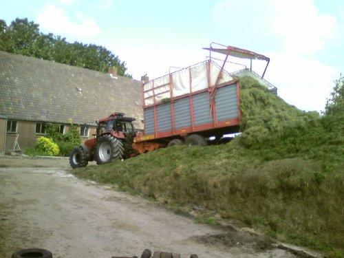 Foto van een Case International 5150, bezig met gras inkuilen.. Geplaatst door newholland-tgfan op 04-03-2009 om 09:43:40, met 7 reacties.