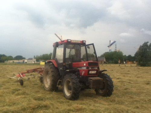 Foto van een Case International 885 XL, bezig met gras schudden.. Geplaatst door nicolass op 11-07-2012 om 19:55:21, op TractorFan.nl - de nummer 1 tractor foto website.