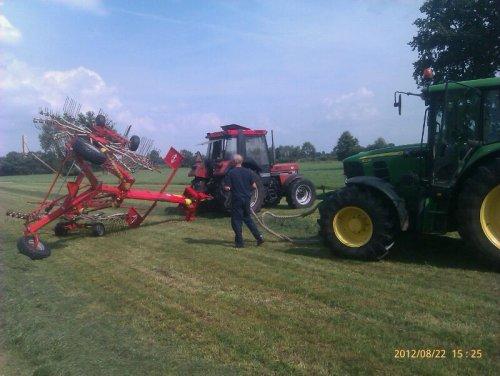 Foto van een Case International 844 XL, bezig met gras harken.. Geplaatst door JD 6330 op 03-02-2013 om 13:45:58, met 11 reacties.