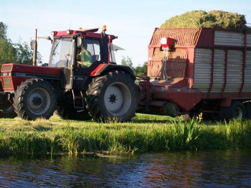Foto van een Case International 956 XL, bezig met gras inkuilen. Mooie kop derop :D. Geplaatst door Arrie94 op 31-03-2013 om 16:42:27, met 20 reacties.