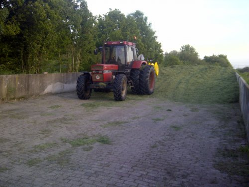 Foto van een Case International 956 XL, bezig met gras inkuilen.. Geplaatst door gerardesberg op 04-06-2013 om 09:24:18, op TractorFan.nl - de nummer 1 tractor foto website.