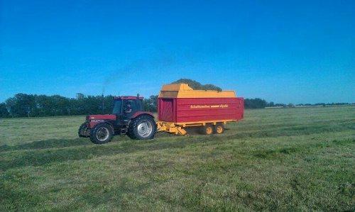 Foto van een Case International 956 XL, bezig met gras inkuilen.. Geplaatst door coenvaltra op 08-06-2013 om 18:16:57, op TractorFan.nl - de nummer 1 tractor foto website.