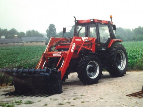 Foto van een Case International 885 XL, bezig met poseren.  Deze foto is van toen onze tractor in 1995 was aangeschaft.
