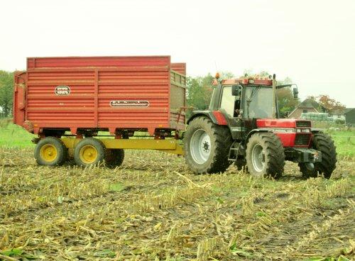 Foto van een Case International 1056 XL, bezig met maïs hakselen.. Geplaatst door gilles1 op 14-12-2014 om 15:10:06, op TractorFan.nl - de nummer 1 tractor foto website.