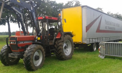 Foto van een Case International 1056 XL, bezig met poseren. even de vrachtwagen trailer uit het land halen met de 1056.