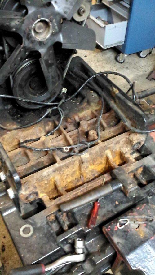 Foto van een Case International 956 XL, bezig met poseren. Het frontblok voor dat die gespoten was, net schoon gestoken.