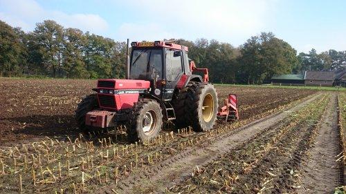 Foto van een Case International 845 XL, bezig met ploegen / eggen.. Geplaatst door jjtwente op 24-11-2015 om 19:28:04, op TractorFan.nl - de nummer 1 tractor foto website.