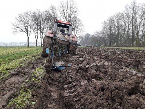 Foto van een Case International 956 XL aan het ploegen. Geplaatst door Aris v Deelen op 13-01-2018 om 17:47:52, met 4 reacties.