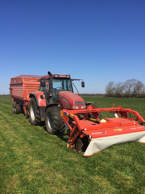 Foto van een Case IH CS 110, de wagen weer van stal gehaald om vers gras te halen. Geplaatst door rubencasecs op 15-04-2019 om 15:57:44, op TractorFan.nl - de nummer 1 tractor foto website.