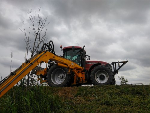 Foto van een Case MXU 135 met herderarm.. Geplaatst door mklok op 04-06-2019 om 09:08:18, op TractorFan.nl - de nummer 1 tractor foto website.