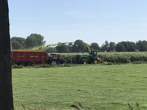 Loonbedrijf Gebr. Zwier een paar banen mais aan het hakselen omdat t waterschap anders de mais plat rijd en de slootrommel op de mais gooit. Super dat ze voor een paar banen wilde komen👍👍👍