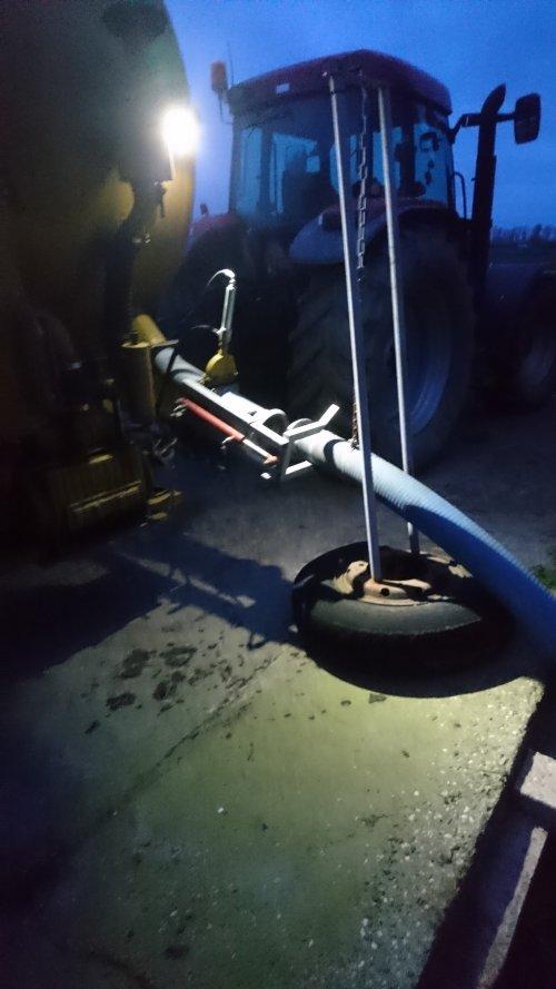 Foto van een Case IH Maxxum MX 135, vanochtend na melken plankdraad een dikke 100 kuub uitgereden. Het is nu al weggeregend. Moeten nu eerst weer wachten totdat het opdroogt....