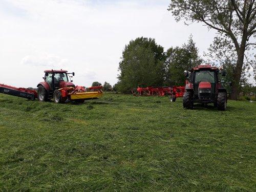 Foto van een Case IH Maxxum 115 en JXU 105. Geplaatst door japie82 op 16-05-2020 om 16:41:40, op TractorFan.nl - de nummer 1 tractor foto website.